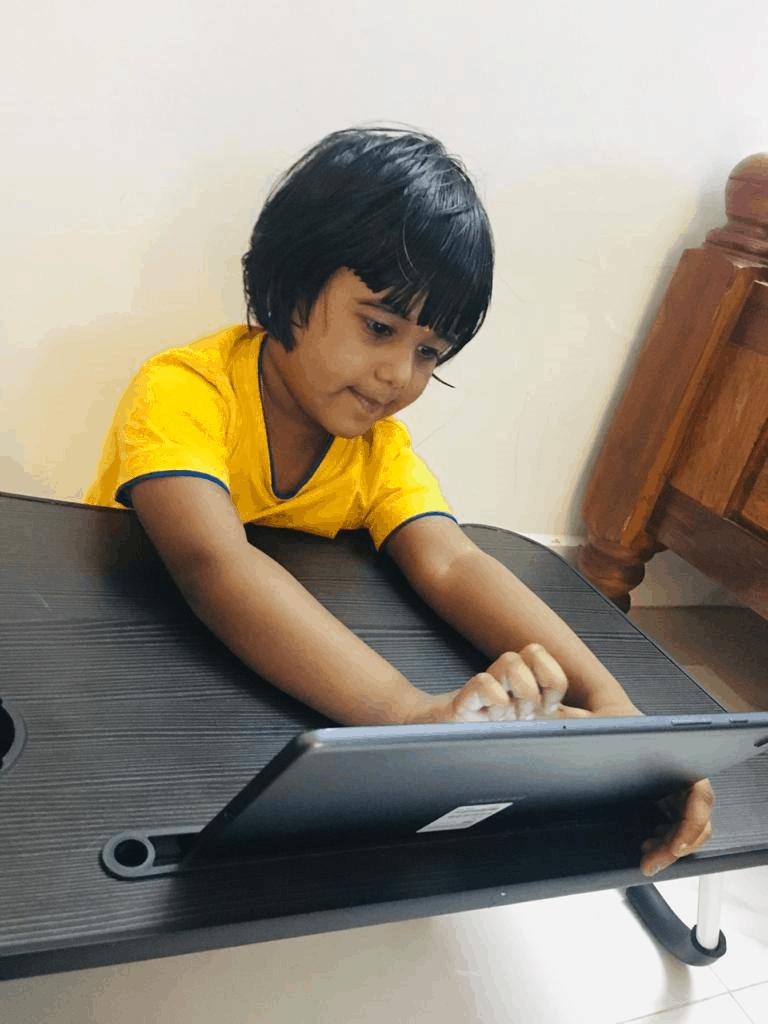 children attending virtual classes